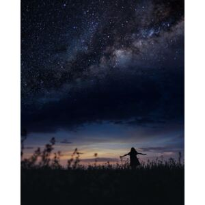 Fotografii artistice Scene with woman dancing under milky way, Javier Pardina